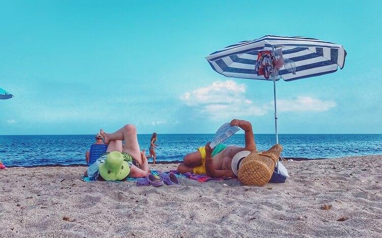 Personnes couchées dans le sable