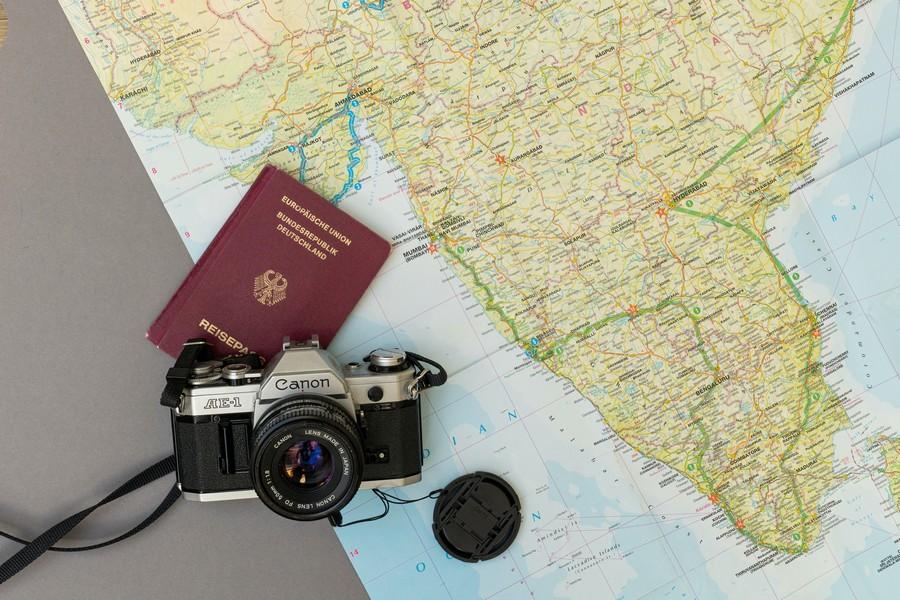 passeport, carte du monde et appareil photo