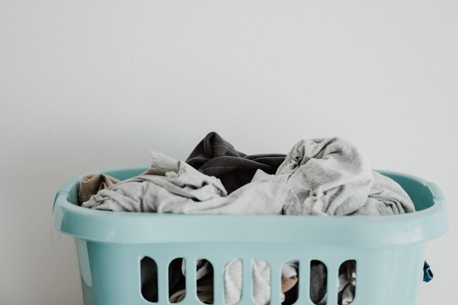 bac à linge avec vêtements sales