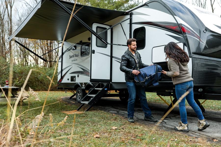 deux personnes qui préparent la caravane