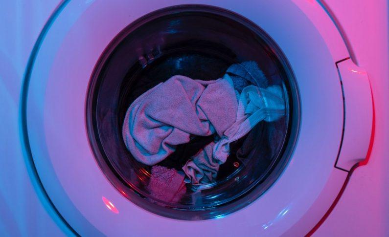 Fini les galères : lavez votre linge avec un sac !