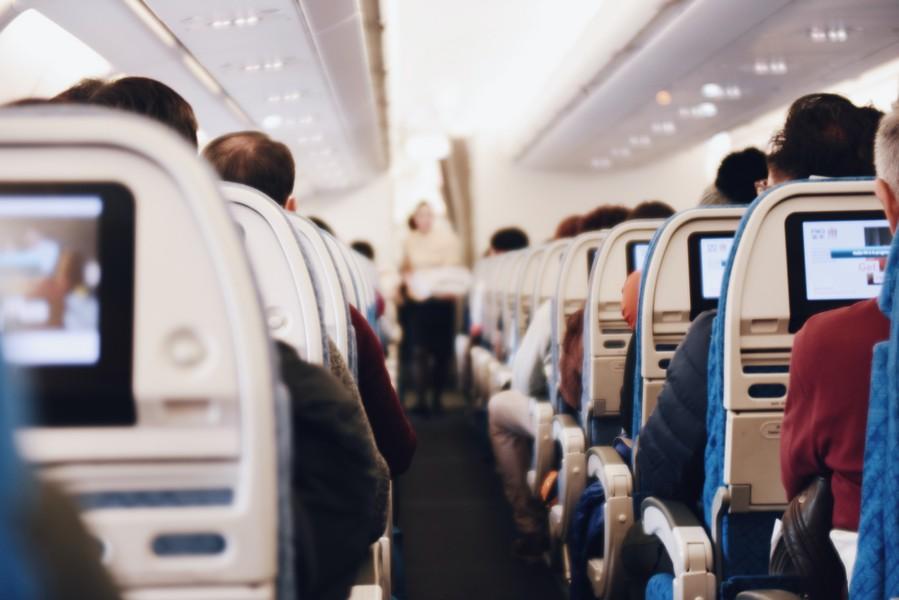 vue de l'intérieur d'un avion avec les sièges et les écrans
